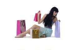 Muchacha atractiva joven que se sienta con todas sus nuevas compras Imagen de archivo
