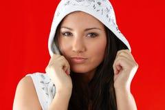 Muchacha atractiva joven sobre fondo rojo imagen de archivo