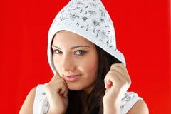 Muchacha atractiva joven sobre fondo rojo imágenes de archivo libres de regalías