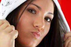 Muchacha atractiva joven sobre fondo rojo imagenes de archivo