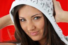 Muchacha atractiva joven sobre fondo rojo foto de archivo