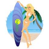 Muchacha atractiva la persona que practica surf contra una playa, océano y Imagen de archivo