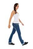 Muchacha atractiva que camina cerca Fotografía de archivo