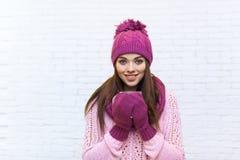 Muchacha atractiva que celebra sonrisa caliente de la ropa de la taza de café adolescente Fotos de archivo libres de regalías