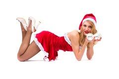 Muchacha atractiva que desgasta la presentación de la ropa de Papá Noel Foto de archivo