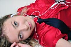 Muchacha atractiva que disfruta de música. Fotografía de archivo libre de regalías