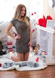 Muchacha atractiva que espera el Año Nuevo Imagen de archivo libre de regalías