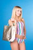 Muchacha atractiva que hace compras Imágenes de archivo libres de regalías