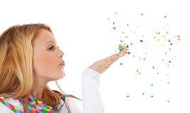 Muchacha atractiva que juega con confeti Fotografía de archivo libre de regalías
