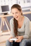 Muchacha atractiva que juega el juego de ordenador en el país Imagen de archivo libre de regalías