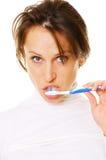 Muchacha atractiva que limpia sus dientes Fotografía de archivo