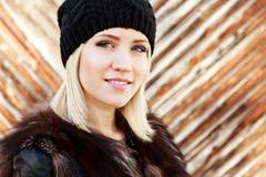 Muchacha atractiva que lleva el sombrero caliente negro Foto de archivo