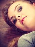 Muchacha atractiva que miente en suelo Fotografía de archivo libre de regalías