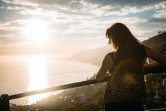 Muchacha atractiva que mira una puesta del sol hermosa Imagen de archivo libre de regalías