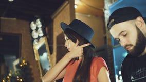 Muchacha atractiva que presenta cerca de DJ empanado en el club de noche 4K almacen de metraje de vídeo