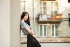 Muchacha atractiva que presenta cerca del edificio Foto de archivo libre de regalías