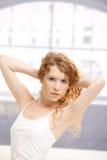 Muchacha atractiva que presenta en estudio de la danza Fotos de archivo