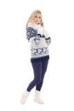 Muchacha atractiva que presenta en la ropa del invierno aislada en blanco Fotografía de archivo libre de regalías