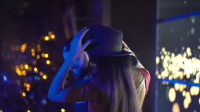 Muchacha atractiva que presenta y que baila cerca de DJ empanado en el club de noche 4K almacen de video