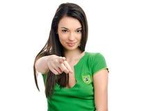 Muchacha atractiva que señala en frente. Falta de definición en la muchacha, foco en la mano. Fotos de archivo libres de regalías