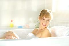 Muchacha atractiva que se relaja en baño Imágenes de archivo libres de regalías