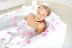Muchacha atractiva que se relaja en baño Fotografía de archivo libre de regalías