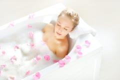 Muchacha atractiva que se relaja en baño Fotos de archivo libres de regalías