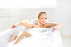 Muchacha atractiva que se relaja en baño Imagen de archivo