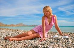 Muchacha atractiva que se relaja en una playa Imagenes de archivo