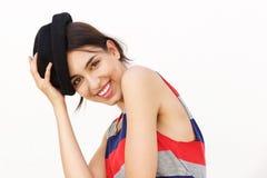 Muchacha atractiva que sonríe con el sombrero contra el fondo blanco Fotografía de archivo libre de regalías