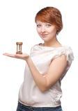 Muchacha atractiva que sostiene encendido su reloj de la arena de la mano fotos de archivo libres de regalías