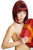 Muchacha atractiva que sostiene un regalo en el embalaje Imágenes de archivo libres de regalías