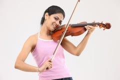 Muchacha atractiva que toca el violín Imagen de archivo