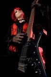 Muchacha atractiva que toca la guitarra, opinión de ángulo inferior Fotografía de archivo libre de regalías