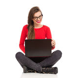Muchacha atractiva que trabaja en un ordenador portátil Fotografía de archivo