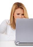 Muchacha atractiva que usa la computadora portátil Fotografía de archivo libre de regalías
