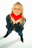 Muchacha atractiva rubia que lleva a cabo un corazón rojo 4 del terciopelo Fotografía de archivo