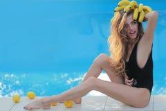 Muchacha atractiva tropical partido de la playa Mujer joven feliz que se divierte en la playa el d?a soleado Vacaciones - retrato fotos de archivo