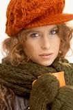 Muchacha atractiva vestida encima de té de consumición caliente Imágenes de archivo libres de regalías