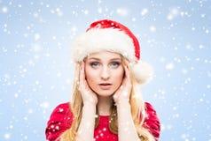Muchacha atractiva y hermosa en sombrero de la Navidad sobre fondo del invierno con los copos de nieve Imagen de archivo