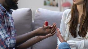 Muchacha avergonzada que rechaza el anillo de compromiso de la mano de su novio, desintegración almacen de metraje de vídeo