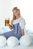 Muchacha bávara con la cerveza de Oktoberfest Fotografía de archivo libre de regalías