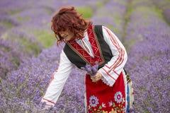 Muchacha búlgara en un campo de la lavanda fotos de archivo libres de regalías