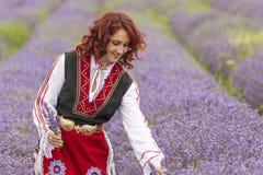 Muchacha búlgara en un campo de la lavanda fotografía de archivo libre de regalías