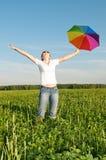 Muchacha bajo el cielo azul con el paraguas Imágenes de archivo libres de regalías