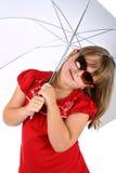 Muchacha bajo el paraguas con las gafas de sol aisladas Fotografía de archivo