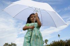 Muchacha bajo un paraguas Imagen de archivo libre de regalías