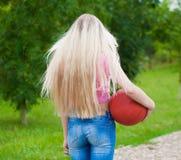 Muchacha, baloncesto Cierre para arriba Media altura, parte posterior, atractiva Imagenes de archivo