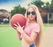 Muchacha, baloncesto, gafas de sol Cierre para arriba Media altura, instagram Fotos de archivo libres de regalías