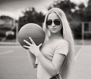 Muchacha, baloncesto, gafas de sol Cierre para arriba Media altura, negro y Fotografía de archivo libre de regalías